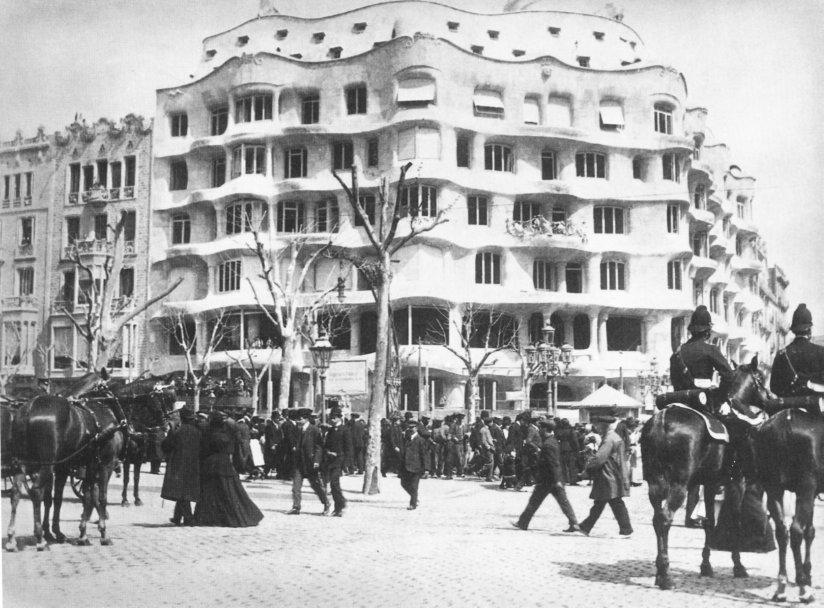 La Pedrera w 1911 roku, jeszcze bez charakterystycznych balustrad.