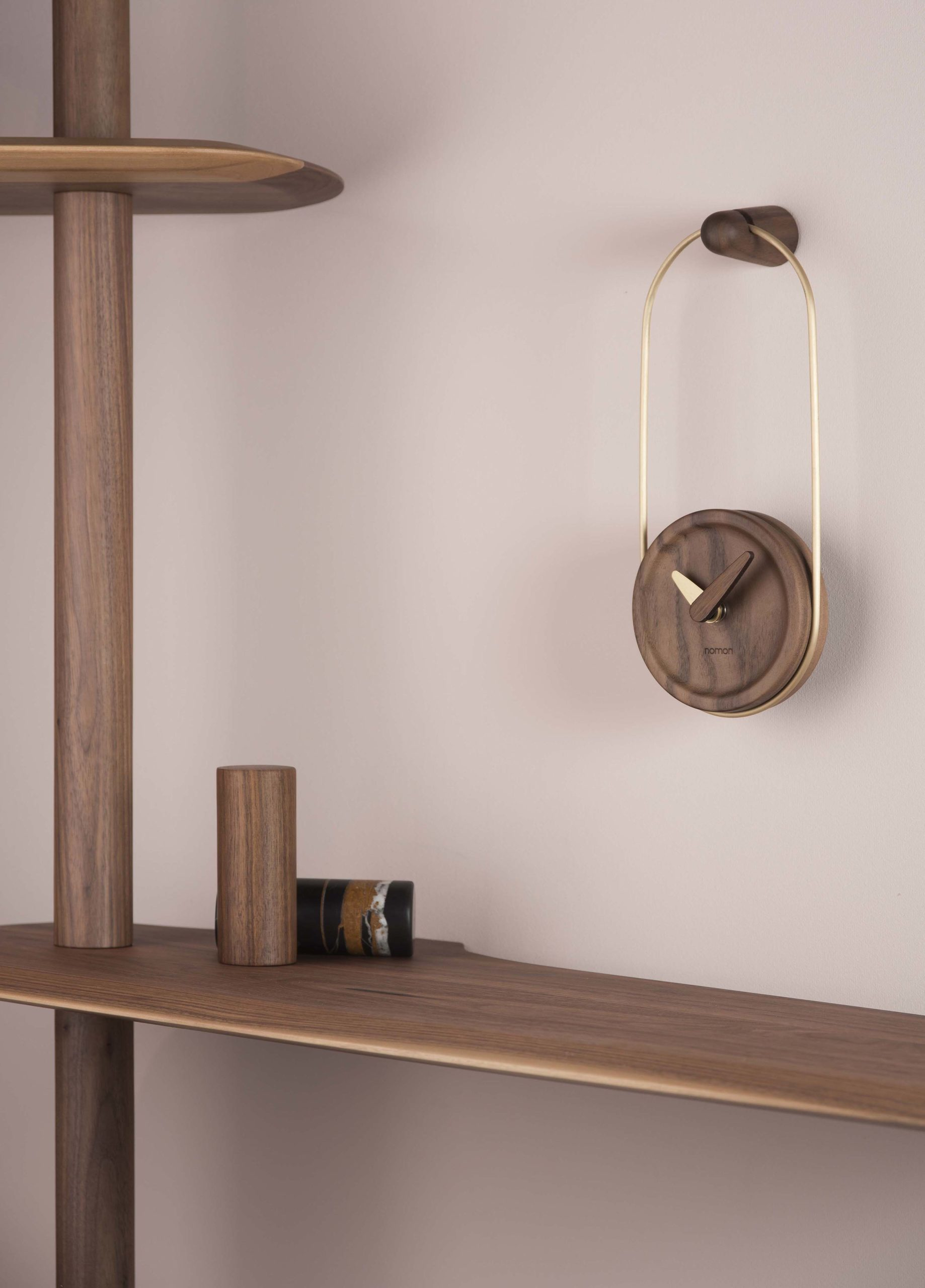 MCESLAGN MICRO ESLABON WALNUT GOLD AMBIENTE LOW RES Scaled